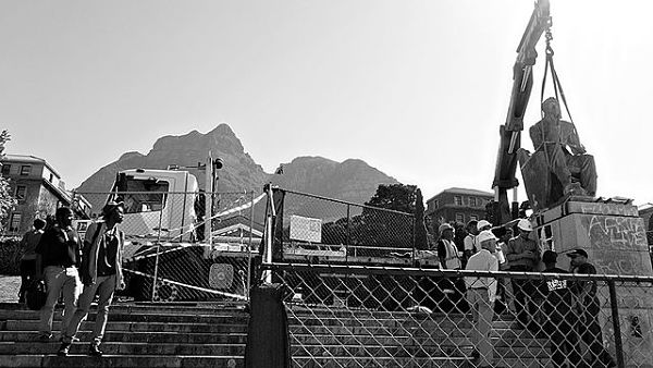 A statue of Cecil Rhodes is removed from the campus of the University of Cape Town in 2015.(Photo: Desmond Bowles - Flickr Stream Desmond Bowles, CC BY-SA 2.0, https://commons.wikimedia.org/w/index.php?curid=48192374)