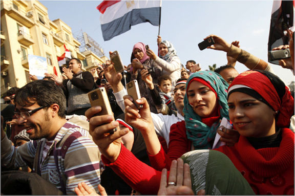 Egyptian proytesters with smartphones